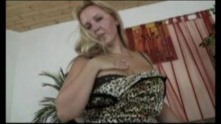 Сексуальная жена отсасывает залупу мужа